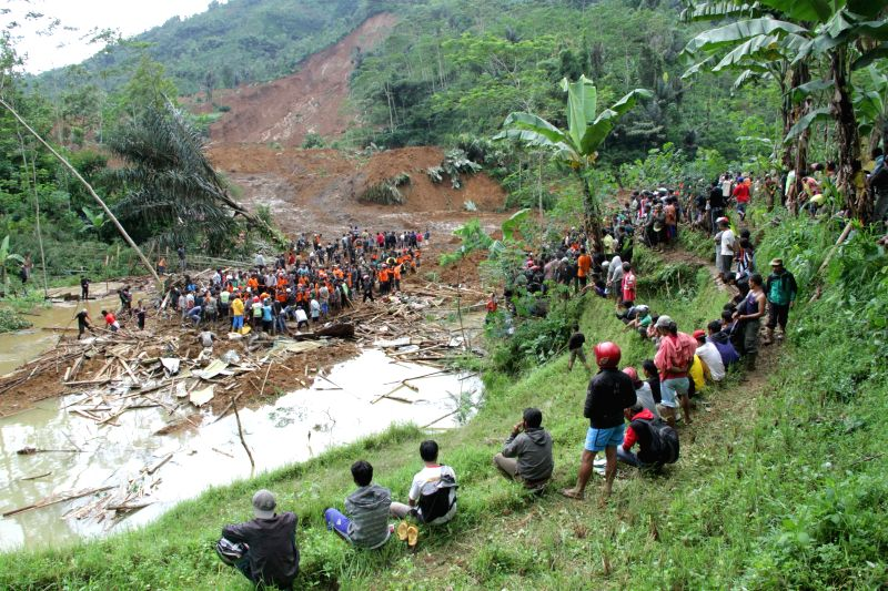 Search and rescue team evacuate victims of landslide in Banjarnegara district of Central Java, Indonesia, Dec. 13, 2014. Rescuers had found 19 corpses and ...