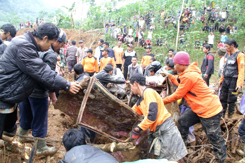 Central Java: Search and rescue team evacuate victims of landslide in Banjarnegara district of Central Java, Indonesia, Dec. 13, 2014. Rescuers had found 17 corpses and suspended searching for the 91