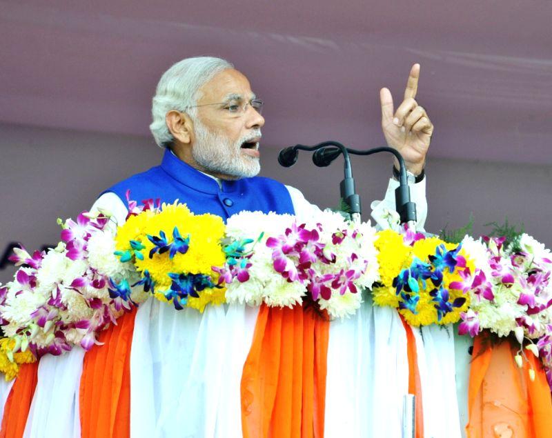 :Chanderkote: Prime Minister Narendra Modi addresses at Chanderkote, Ramban, in Jammu and Kashmir, on Nov 7, 2015. (Photo: IANS/PIB). - Narendra Modi