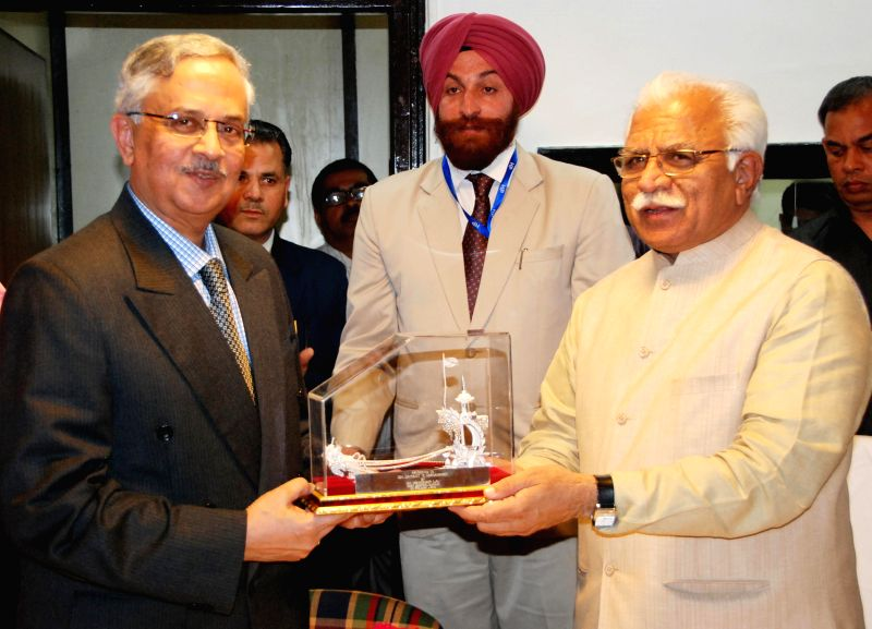 Former Maharashtra DGP Jayant Umranikar with Haryana Chief Minister Manohar Lal Khattar during a meeting on police reforms in Chandigarh, on April 7, 2015. - Manohar Lal Khattar