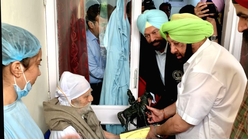 Chandigarh: Punjab Chief Minister Captain Amarinder Singh meets hockey legend Balbir Singh Dosanjh and confers Maharaja Ranjit Singh Award for excellence in sports, on him at Postgraduate Institute of Medical Education and Research (PGIMER) in Chandi