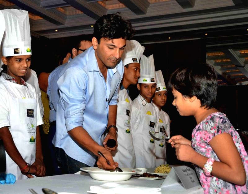 Chef Vikas Khanna with the participants of `Cook for a Smile` in New Delhi on July 27, 2014. - Vikas Khanna
