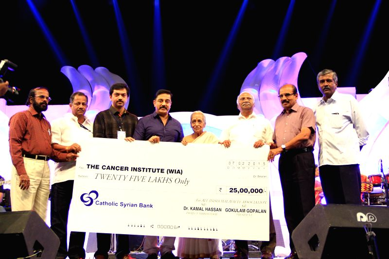 Actor Kamal Haasan contributes a sum of Rs 25 Lakh to The Cancer Institute (WIA) on behalf of All India Malayalee Association in Chennai, on Feb 7, 2015.