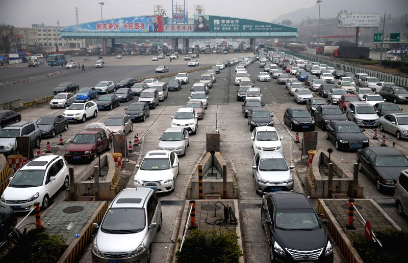 Vehicles departing from Guangdong line up to pass the Yuebei (north of Guangdong) toll station of Beijing-Hong Kong-Macao Expressway to enter central China's Hunan