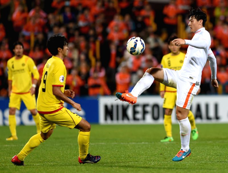 Shandong Luneng Taishan's Li Wei (R) and Kashiwa Reysol's Masato Kudo vie for the ball during the AFC Champions League 2015 in Chiba, Japan, March 17, 2015. Shandong ...
