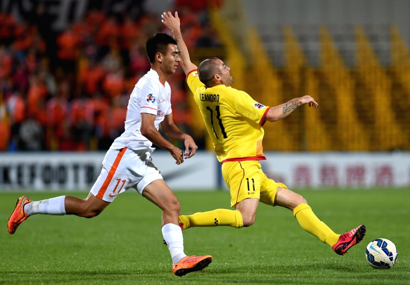 Shandong Luneng Taishan's Liu Binbin (L) and Kashiwa Reysol's Leandro Montera Silva vie for the ball during the AFC Champions League 2015 in Chiba, Japan, March 17, ...