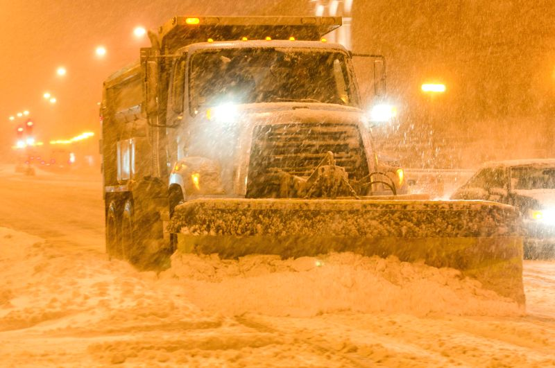 People clean snow on the road in blizzard in Chicago, the United States, on Feb. 1, 2015. A blizzard hit Chicago on Sunday morning and caused more than 1,000 flights