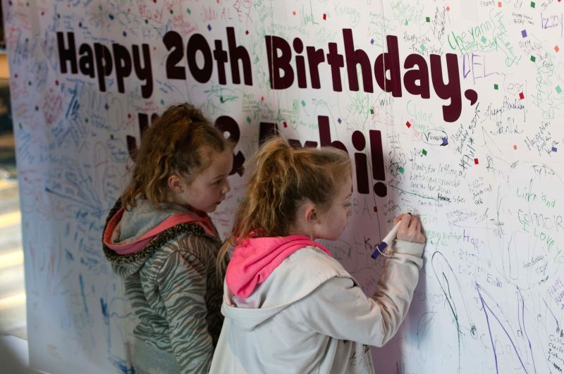 Children write birthday card for the pair grizzly bears' 20-year-old birthday party at the Brookfield Zoo, west suburb of Chicago, the United States, on March 21, ...