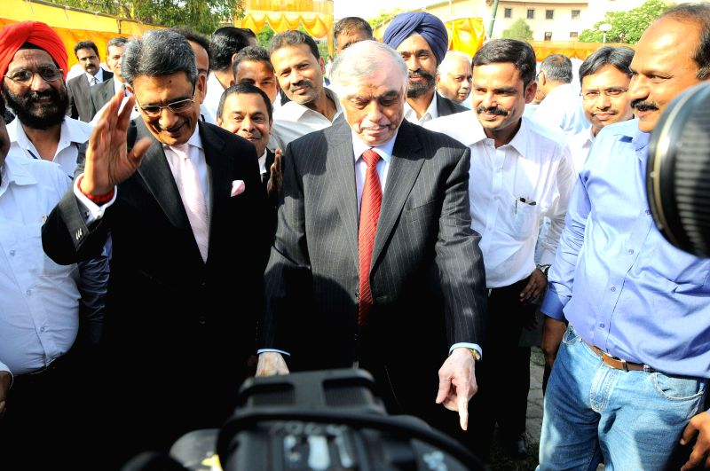 Chief Justice-designate Justice R M Lodha being received by out going Chief Justice of India P Sathasivam at a farewell organised by the Supreme Court Bar Association in New Delhi on April 25, 2014.