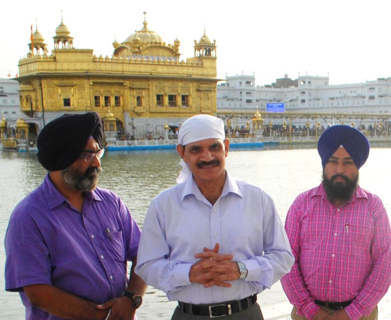 Chief of Army Staff, General Dalbir Singh Suhag pays obeisance at the Golden Temple in Amritsar on Aug 18, 2014.