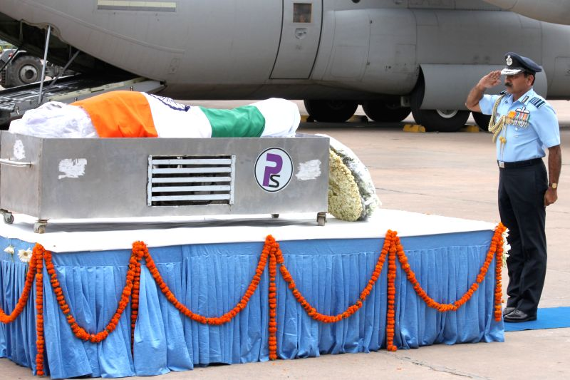 Chief of the Air Staff Air Chief Marshal Arup Raha pays tribute to former president APJ Abdul Kalam at Palam technical area of IGI Airport in New Delhi, on July 28, 2015.The former ...