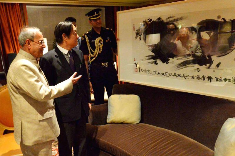 Chinese artist Han Meilin calls on the President Pranab Mukherjee in Beijing, China on May 25, 2016. - Han Meilin and Pranab Mukherjee