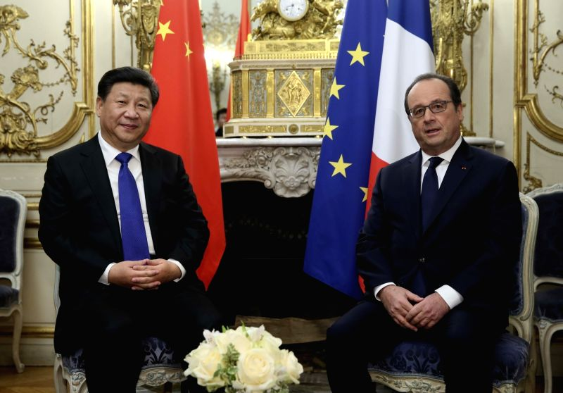 Chinese President Xi Jinping (L) meets with French President Francois Hollande in Paris, France, Nov. 29, 2015.