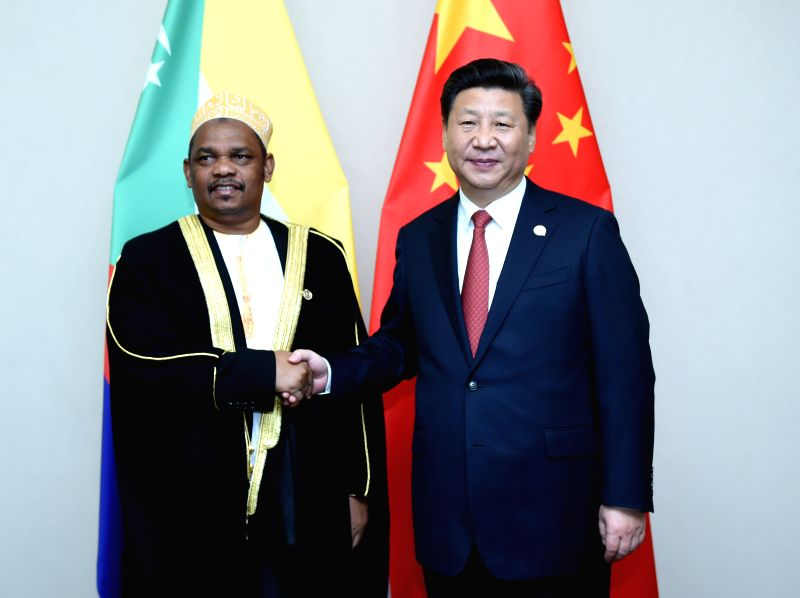 Chinese President Xi Jinping (R) meets with his Comoros counterpart Ikililou Dhoinine in Johannesburg, South Africa, Dec. 4, 2015. (Xinhua/Zhang Duo)