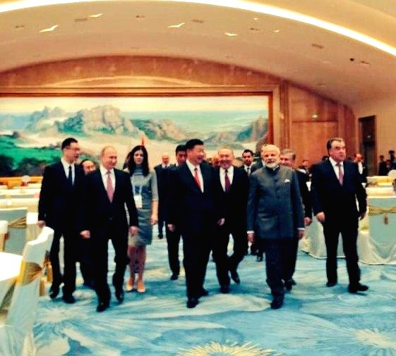 Chinese President Xi Jinping with Prime Minister Narendra Modi, Uzbekistan President Shavkat Mirziyoyev, Russian President Vladimir Putin and other leaders of Shanghai Cooperation ... - Narendra Modi