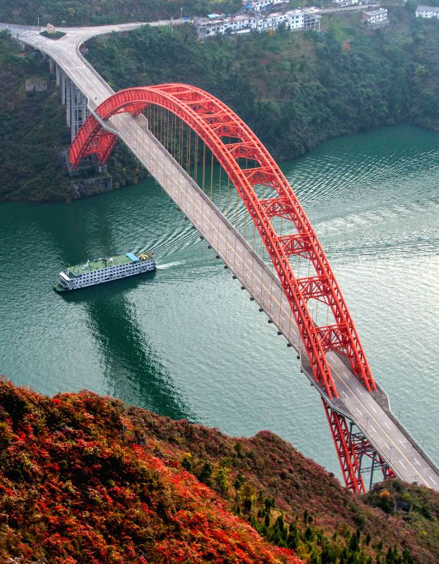 Chongqing (China): Photo taken on Nov. 25, 2014 shows a site of Wushan County, in southwest China's Chongqing Municipality. Covered by red leaves, Wushan County has developed the red leaves tourism ..