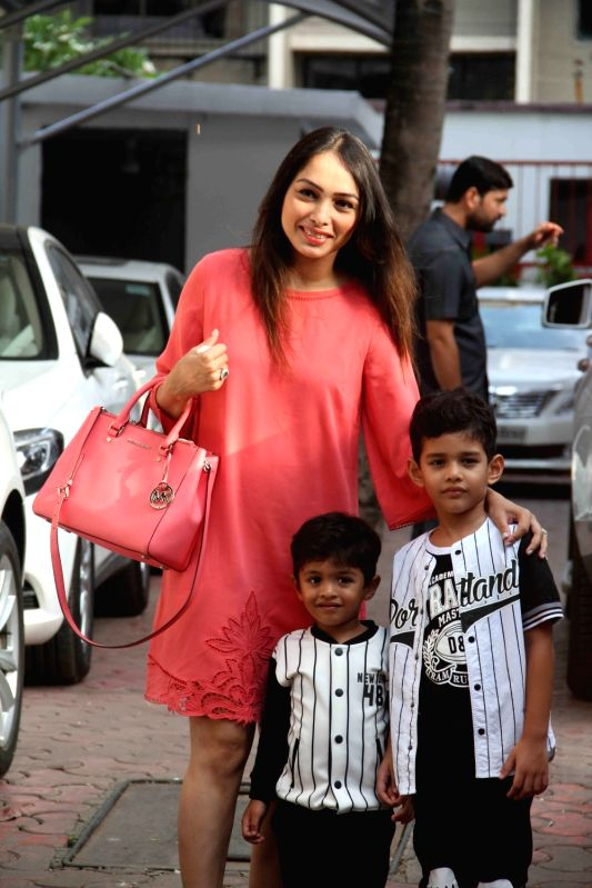 Choreographer Ganesh Hegdes wife Sunayna Hegde with her sons during Shilpa Shettys son Vivaans 5th birthday party in Mumbai, on May 22, 2017. - Shilpa Shetty