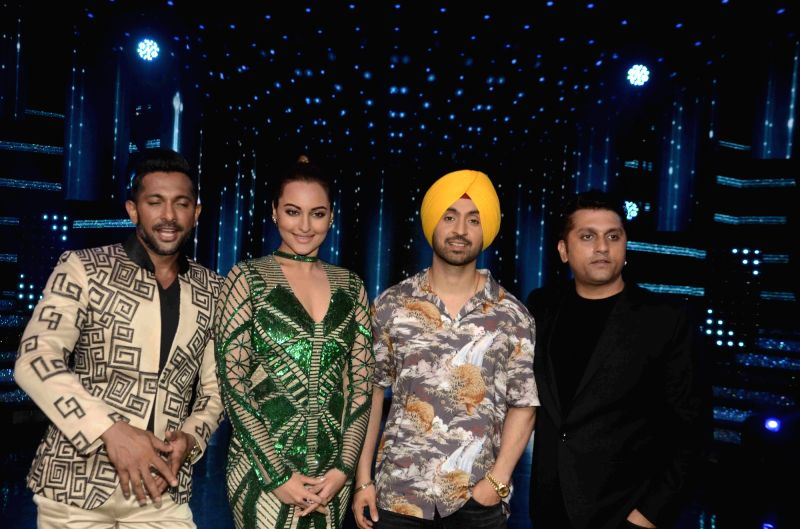 Choreographer Terence Lewis, actors Sonakshi Sinha, Diljit Dosanjh and filmmaker Mohit Suri during the promotion of film Super Singh on the sets of Star Plus TV show Nach Baliye Season 8 in ... - Sonakshi Sinha, Diljit Dosanjh and Singh