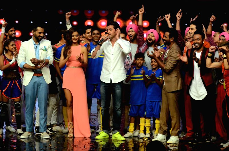 Choreographers Punit Pathak, Shakti Mohan, actor Hrithik Roshan and choreographer Dharmesh Yelande on the sets of dance reality show Dance + 2 during the promotion of film Mohenjo Daro in ... - Hrithik Roshan and Punit Pathak