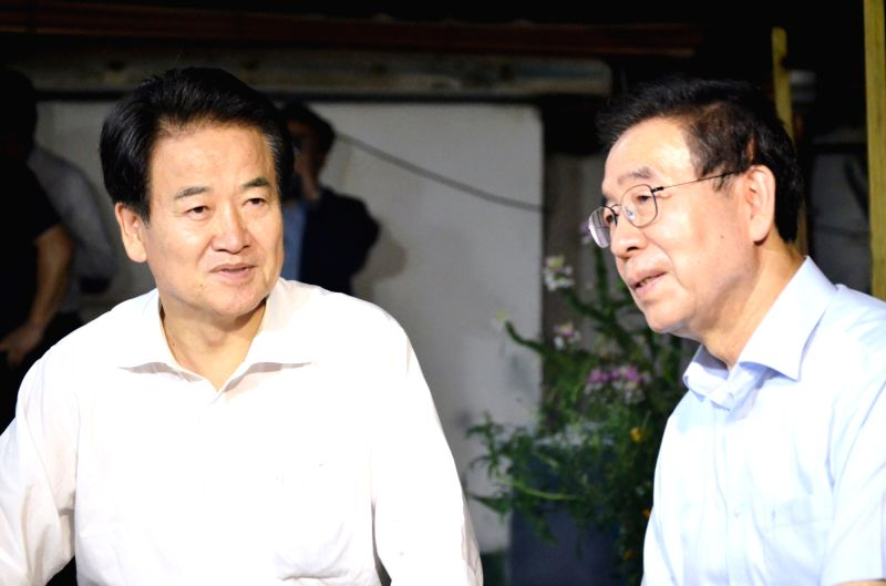 Chung Dong-young (L), the new leader of the minor opposition Party for Democracy and Peace, meets with Seoul Mayor Park Won-soon to exchange views on key pending issues at a house in northern ...