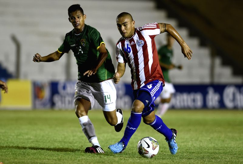 The player Roque Guachire (R) of Paraguay, vies for the ball with Cristian Arano (L) of Bolivia, during the first phase match of the 2015 South American U-20 ...