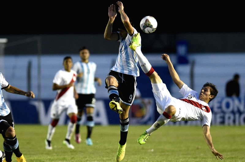 Argentina's Giovanni Simeone (L) vies with Aldair Perleche (R) of Peru during a match of the South American U20 soccer tournament at the Alberto Supici Stadium in ..