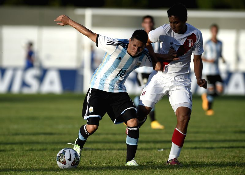 Argentina's Tomas Martinez (L) vies with Renzo Garces (R) of Peru during a match of the South American U20 soccer tournament at the Alberto Supici Stadium in ...