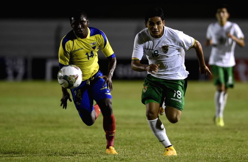 Ecuador's Edison Realpe (L) vies with Bolivia's Alberto Pinto (R) during a match of the South American U20 soccer tournament at the Alberto Supici Stadium in ...