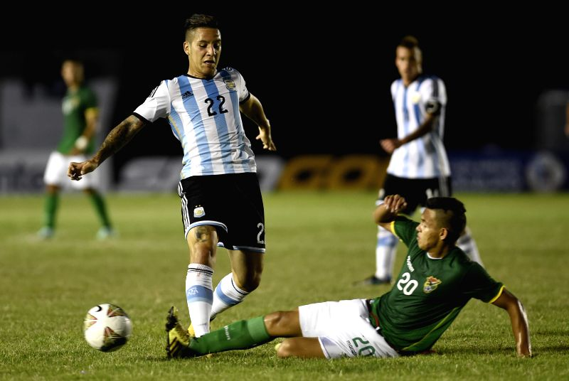Argentina's Sebastian Driussi (L) vies with Limberg Mojica of Bolivia during a match the South American U-20 tournament in Colonia, Uruguay, on Jan. 22, 2015. ...