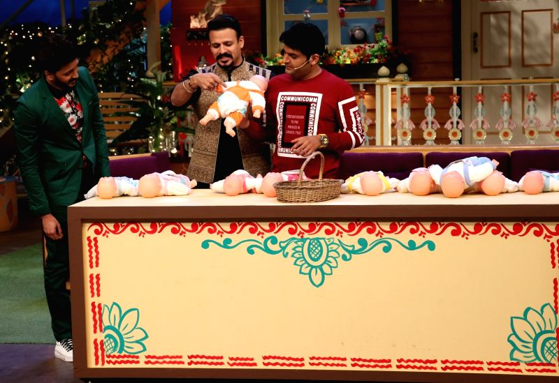 Comedian Kapil Sharma Bollywood actors Riteish Deshmukh and Vivek Oberoi during the promotion of film Bank Chor on the sets of The Kapil Sharma Show in Mumbai, on June 8, 2017. - Riteish Deshmukh, Vivek Oberoi and Kapil Sharma Bollywood