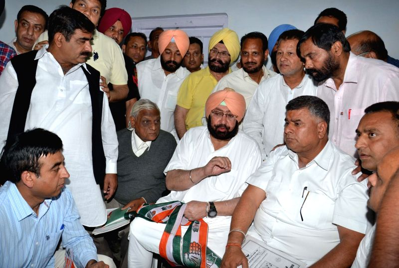 Congress candidate for upcoming 2014 Lok Sabha Election from Amritsar, Captain Amarinder Singh with the members of Brahman Sabha who joined Congress in Amritsar on April 10, 2014. - Amarinder Singh