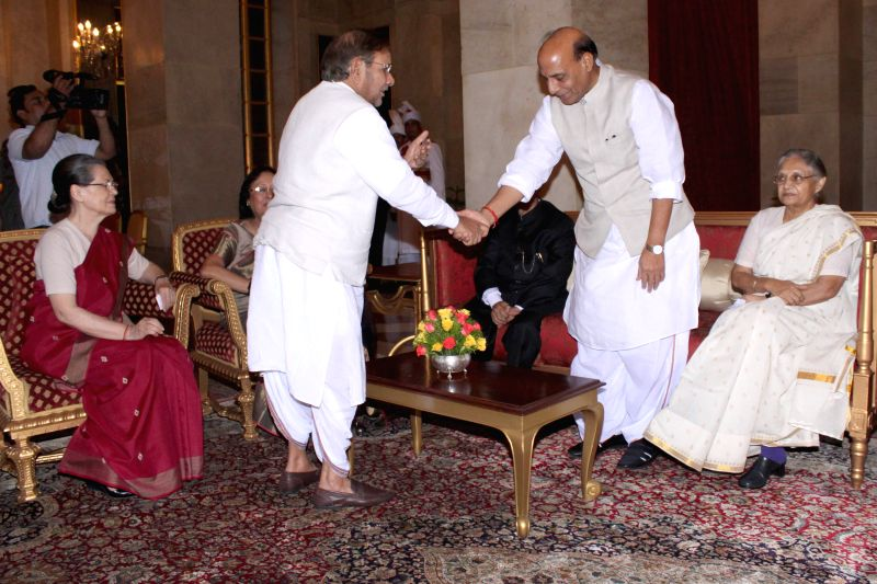 Congress chief Sonia Gandhi, JD (U) chief Sharad Yadav, Union Home Minister Rajnath Singh and former Kerala Governor Sheila Dikshit during an Iftaar party hosted by President Pranab ... - Rajnath Singh, Sonia Gandhi, Sharad Yadav, Sheila Dikshit and Pranab Mukherjee
