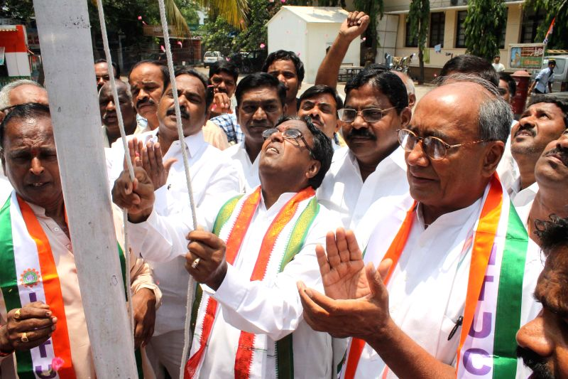 Congress general Secretary Digvijay Singh with Telangana Congress president Ponnala Lakshmaiah during an INTUC programme at Gandhi Bhavan in Hyderabad on May 1, 2014. - Digvijay Singh