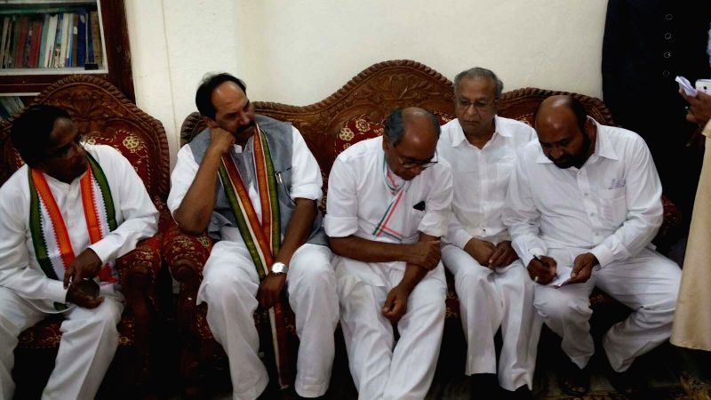 Congress GS Digvijay Singh with party leaders Jaipal Reddy, Ponnala Lakshmaiah and N. Uttam Kumar Reddy during a meeting in Warangal, on Nov 20, 2015. - Digvijay Singh and Jaipal Reddy