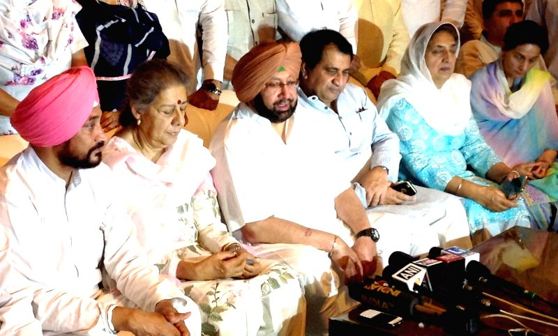 Congress leader Ambika Soni addresses a press conference in Chandigarh, on May 30, 2016. Also seen party leaders Captain Amarinder Singh and Shakeel Ahmad. - Amarinder Singh