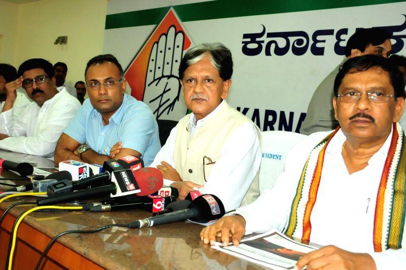 Congress leader Anil Shastri addresses a press conference in Bengaluru, on June 1, 2017. Also seen Dinesh Gundu Rao and G. Parameshwara - Dinesh Gundu Rao