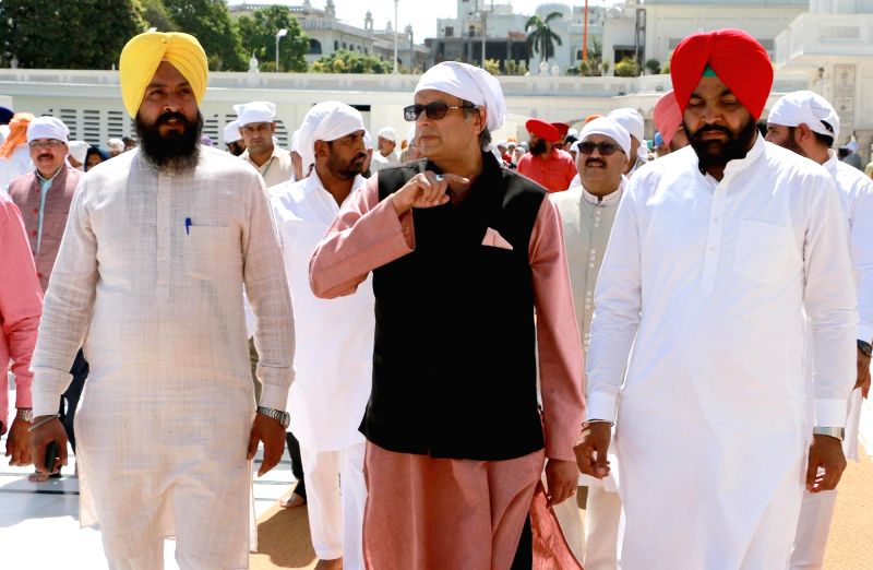 Congress leader Shashi Tharoor pays obeisance at the Golden Temple in Amritsar on May 1, 2017. - Shashi Tharoor