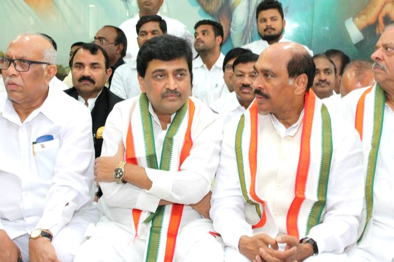 Congress leaders Ashok Chavan and Manikrao Thakre during a party meeting in Nagpur, on Dec 2, 2015.
