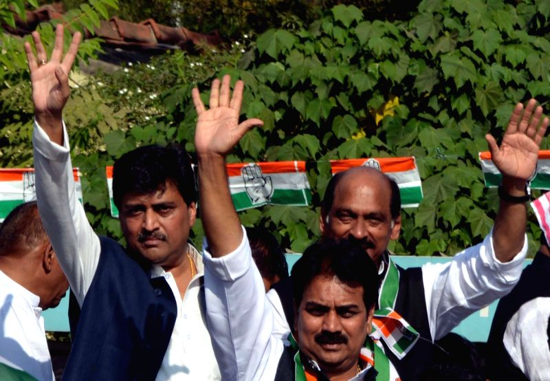Congress leaders Ashok Chavan, Manikrao Thakre and others during a demonstration in Nagpur, on Dec 8, 2015.