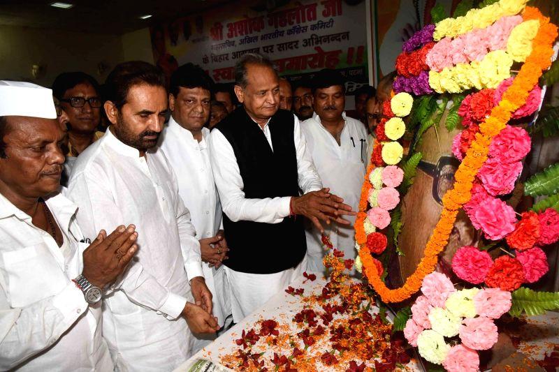 Congress leaders Ashok Gehlot, Kaukab Quadri and Shaktisinh Gohil pay tributes to former Bihar Chief Minister Satyendra Narayan Sinha on his birth anniversary, in Patna on July 12, 2018. - Satyendra Narayan Sinha