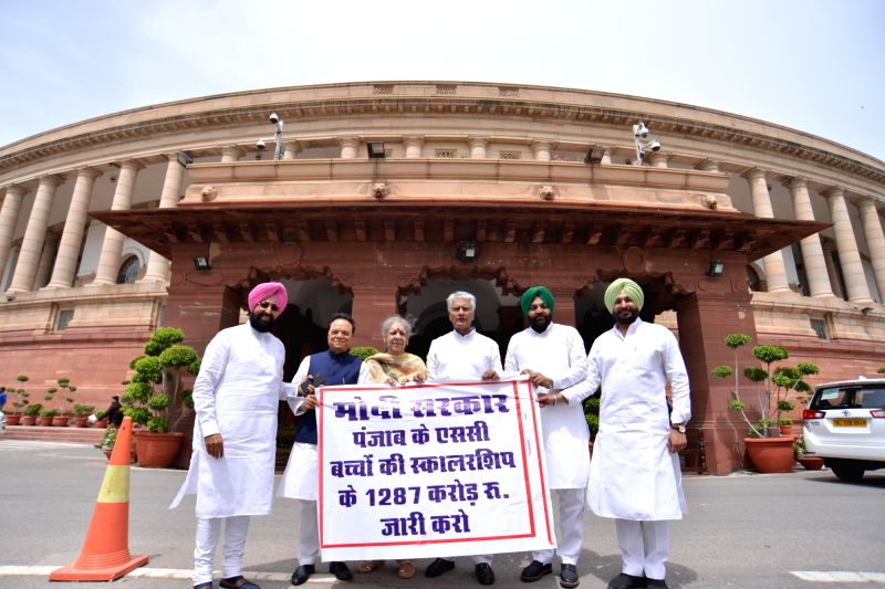 Congress leaders Pratap Singh Bajwa, Ambika Soni, Sunil Kumar Jakhar and Ravneet Singh stage a demonstration to press for the release of funds for scholarships to Schedule Caste students ... - Pratap Singh Bajwa, Sunil Kumar Jakhar and Ravneet Singh