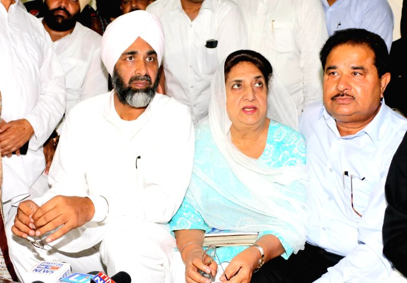 Congress leaders Rajinder Kaur Bhattal and Manpreet Singh Badal talks to press regarding the release of party's manifesto for 2017 assembly elections in Amritsar on Aug 11, 2016. - Rajinder Kaur Bhattal and Manpreet Singh Badal