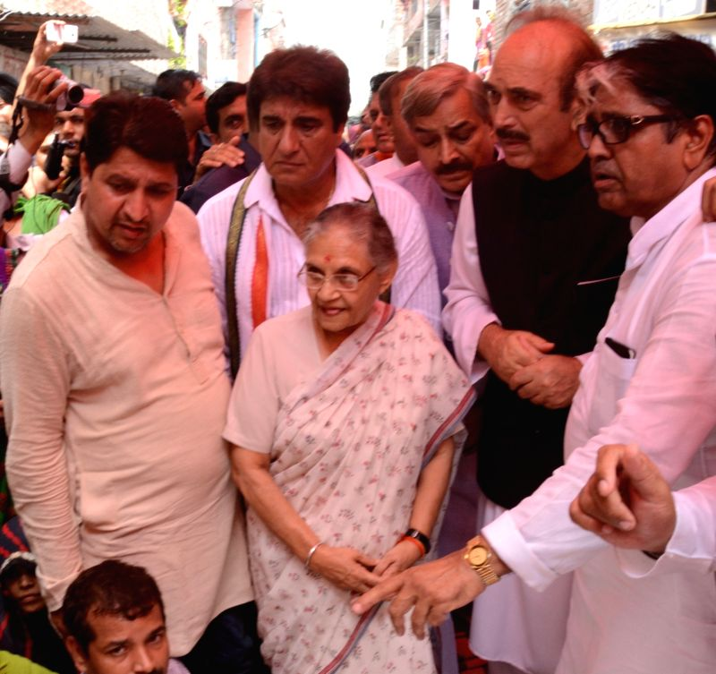 Congress leaders Sheila Dikshit, Ghulam Nabi Azad, Raj Babbar and others condoling the death of a Congress worker at Ghaziabad on July 23, 2016. - Sheila Dikshit