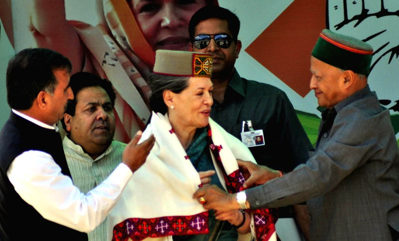 Congress president Sonia Gandhi being felicitated by Himachal Chief Minister Virbhadra Singh during a rally at Kulu in Himachal Pradesh on May 4, 2014. - Virbhadra Singh