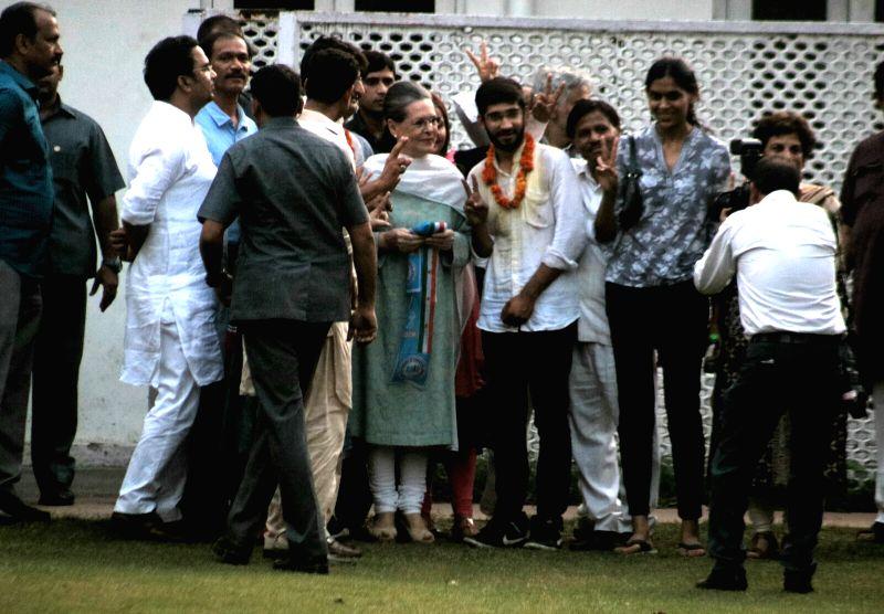 NSUI members visit Sonia Gandhi post victory in DU elections - Sonia Gandhi