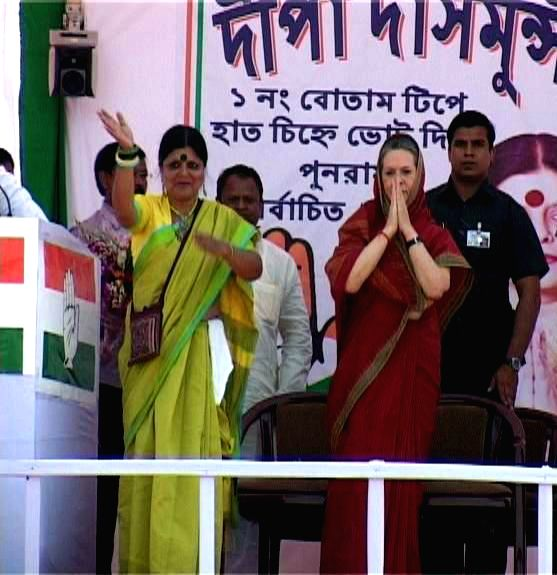 Congress president Sonia Gandhi with Congress leader Deepa Dasmunsi during a rally in Uttar Dinajpur district of West Bengal on April 22, 2014.