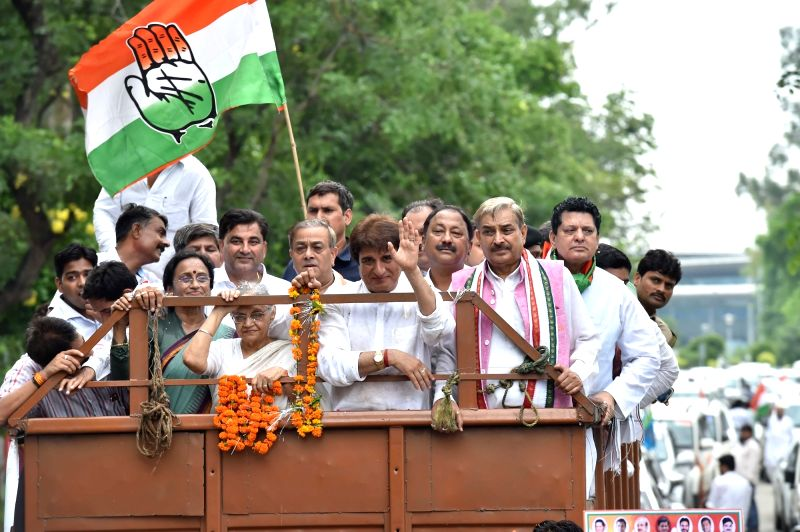 Congress' Uttar Pradesh chief ministerial candidate Sheila Dikshit and Uttar Pradesh Congress president Raj Babbar during a roadshow in Lucknow on July 17, 2016. - Sheila Dikshit