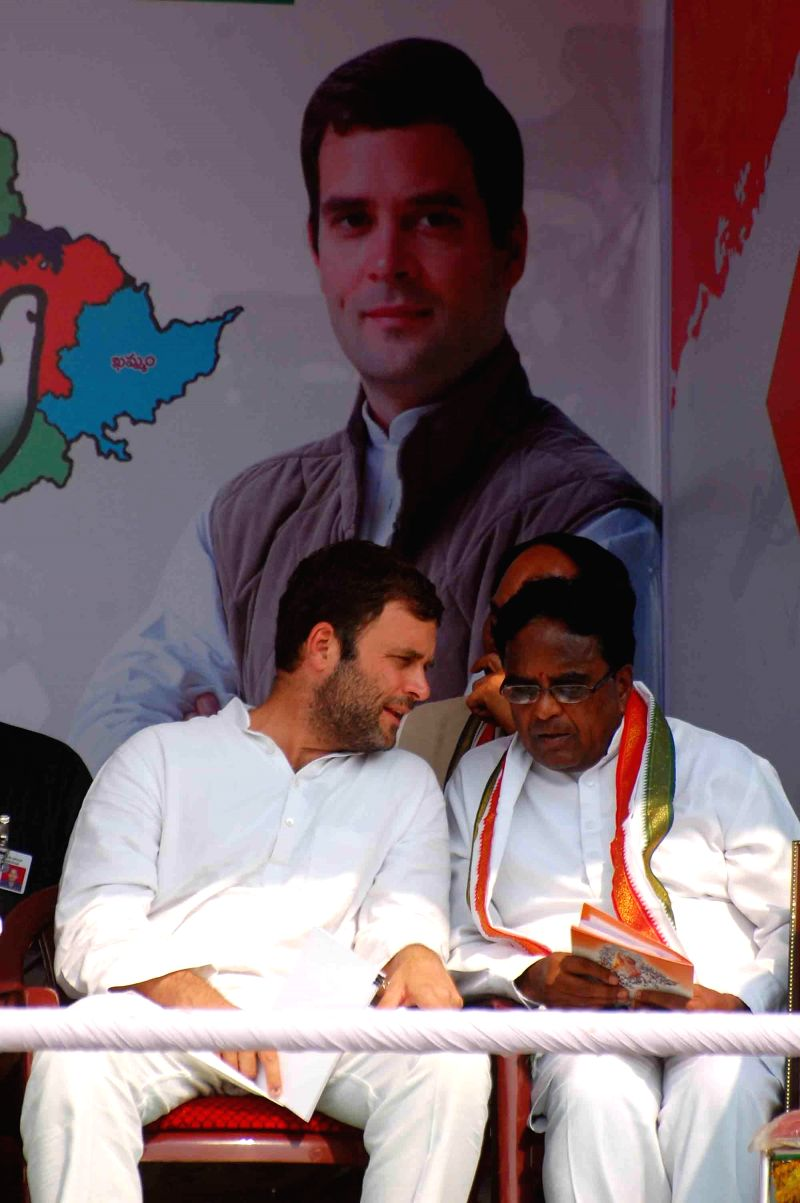 Congress vice president Rahul Gandhi with Telangana Congress president Ponnala Lakshmaiah and party leader S Jaipal Reddy during a rally in Mahboobnagar district of Andhra Pradesh on April 21, 2014. - S Jaipal Reddy