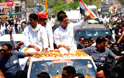 Congress vice president Rahul Gandhi with Telangana Congress president Ponnala Lakshmaiah during a rally in Mahboobnagar district of Andhra Pradesh on April 21, 2014.