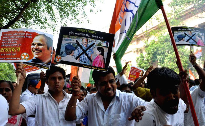 Congress workers demonstrate against Special observer for West Bengal 2014 Lok Sabha Polls, Sudhir Kumar Rakesh in Kolkata on May 5, 2014. - Sudhir Kumar Rakesh